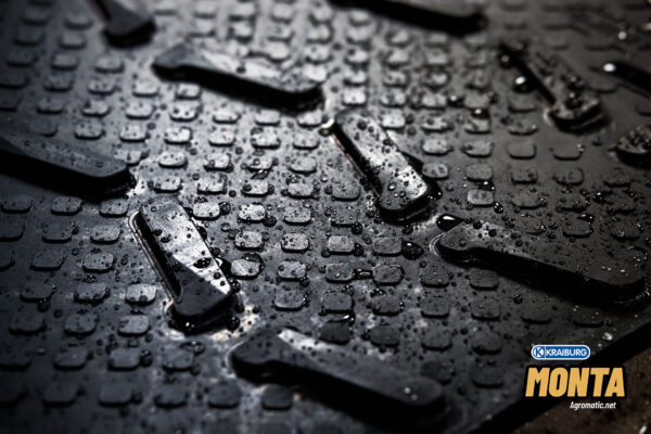 KRAIBURG MONTA cow rubber for slopes wet with water droplets.